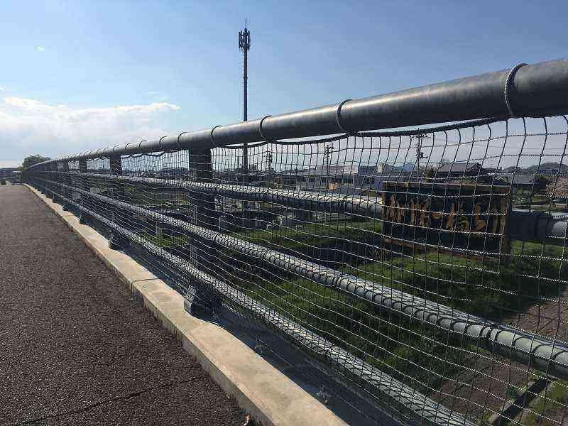 【内川第一橋上り】歩道に転落防止の網を設置