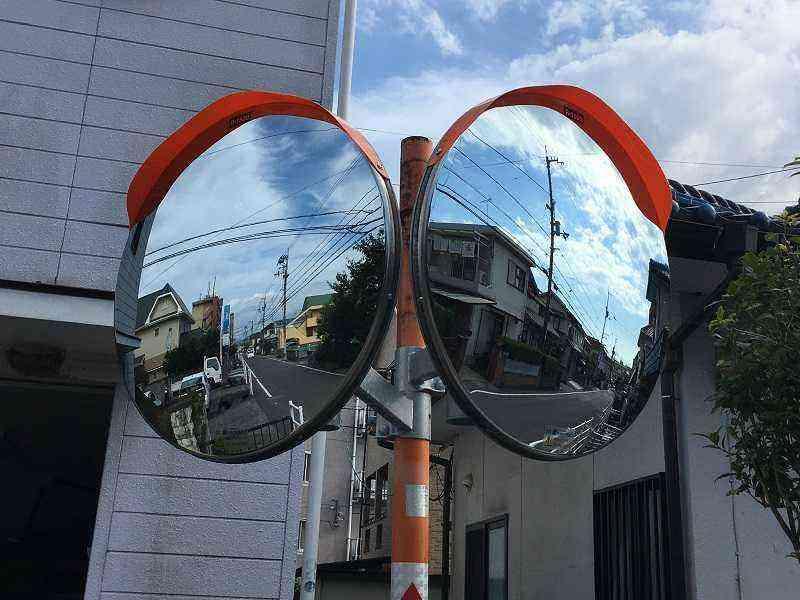 松山南郵便局南側の路線と【浮穴47号線】交差するT字路のカーブミラー両面化