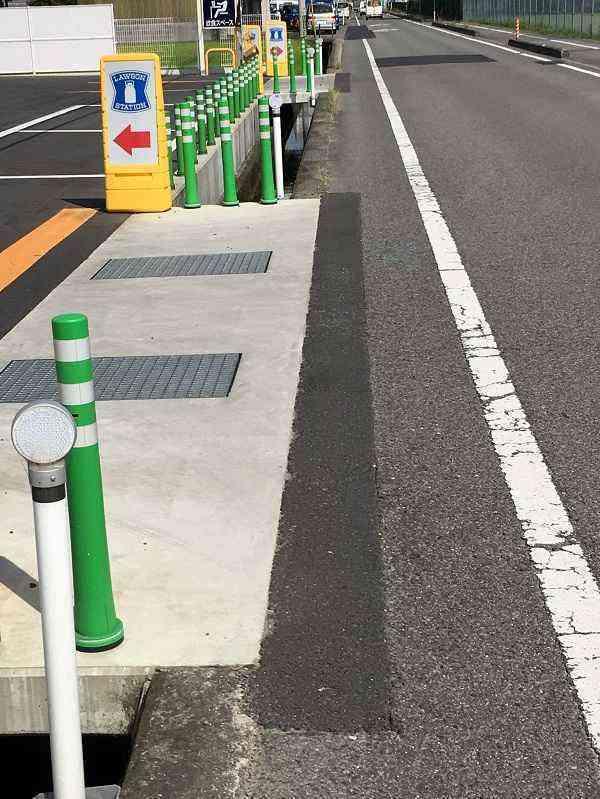 【市道浮穴12号線】ローソン松山サンパーク前店前を補修