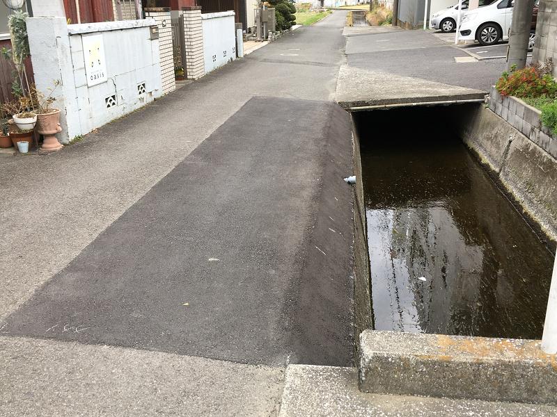 モリヤス自動車前農道水路の法面を修復