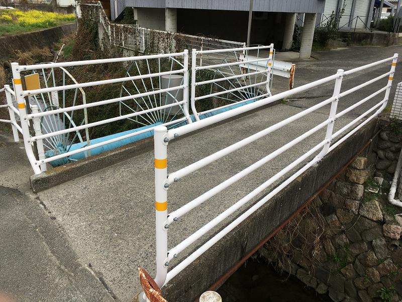 【市道久米27号線】ピュアフル鷹子北側の堀越川に架かる橋梁にガードパイプ設置