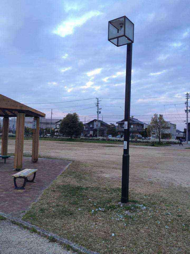 富田公園の破損した公園灯