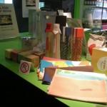 デザイナーによりパッケージが一新された地産のお土産