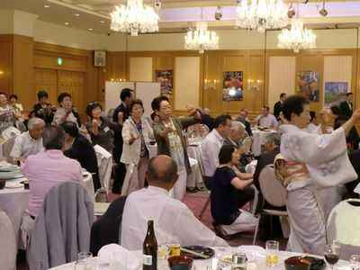 会場内で生保内節の手踊りの輪ができました