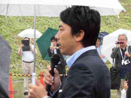 特区についてあいさつする小泉進次郎政務官