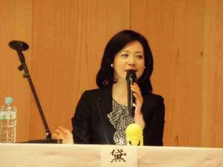 日本人の美意識と美徳について講演する黛まどか氏