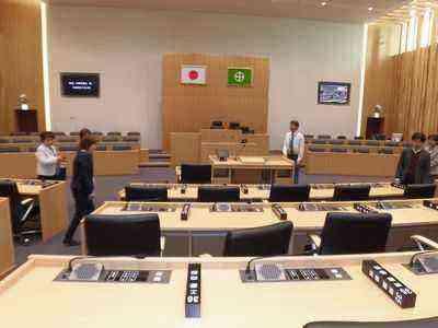 新設備の市議会議場