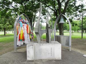 ③長崎原爆犠牲者慰霊記念碑