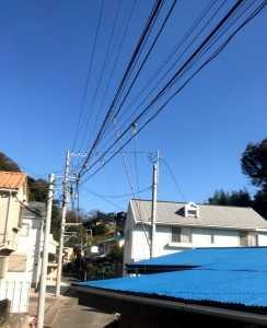 電線が屋根の上を通っていました