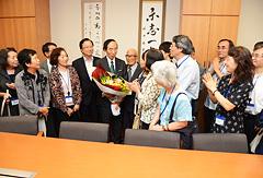 救済法成立を主導した坂口副代表に感謝の意を伝える被害者団体=2012年9月