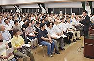 党員大会で党の政策を語る中野氏=23日 東京・文京区