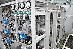 太陽光発電と水道水で製造した水素ガスを貯蔵するタンク=同