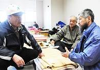 避難所に身を寄せながら、避難者の相談に当たる渡辺晁・富岡町議