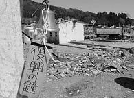 復興を願い消防詰所につり下げられた鐘。がれき撤去の音の中で、海風に吹かれ美しい音色を響かせていた