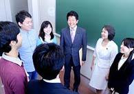 就活中の学生らと懇談する公明党の石川博崇、竹谷とし子の両青年副委員長
