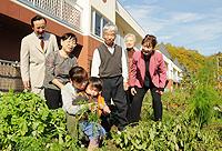 基金の活用で老朽化した市営住宅の建て替えが進み、喜び合う入居者ら