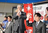 「日本再建のかじを取る」と訴える富田氏と平木氏ら=3日 千葉・柏市
