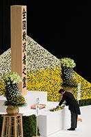 全国戦没者追悼式で献花する山口代表=15日 東京・日本武道館