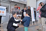 募金活動に協力する若松氏ら=24日 福島・郡山市