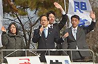 「経済再生で若者の雇用改善を」と訴える竹内氏ら=京都市