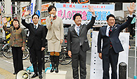 「若者の声を政治に」と訴える山本(香)さんと樋口、石川、杉の各氏ら=大阪市