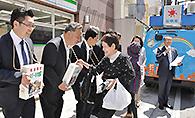 被災地への支援を呼び掛ける中川氏ら党三重県本部のメンバー