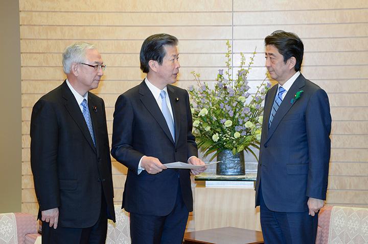 安倍首相(右)に緊急要請を行う山口代表(中)、井上幹事長=18日 首相官邸