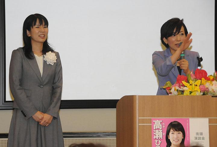 高瀬さん(左)への支援を呼び掛ける山本(香)さん=28日 福岡・大野城市