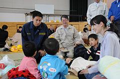 避難所で住民を励ます(左から)谷合氏、銀杏県代表ら=22日 鳥取・倉吉市