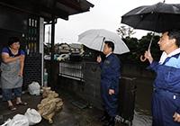 住民から大雨による被害状況を聞く西田氏ら=22日 さいたま市