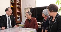 鈴木春夫さん、妻の英子さんと懇談する魚住氏=4日 仙台市