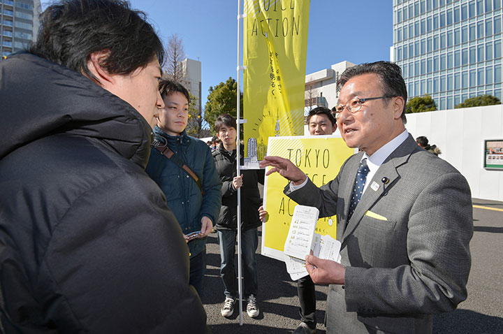 「若者が希望を持てる都政を実現します」と、アンケートへの協力を呼び掛ける中島よしお都議(右)=調布市