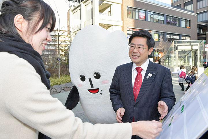 「皆さまの声を力に変え、新しい東京を断じて築く」と、力を込める斉藤やすひろ都議(右)=目黒区