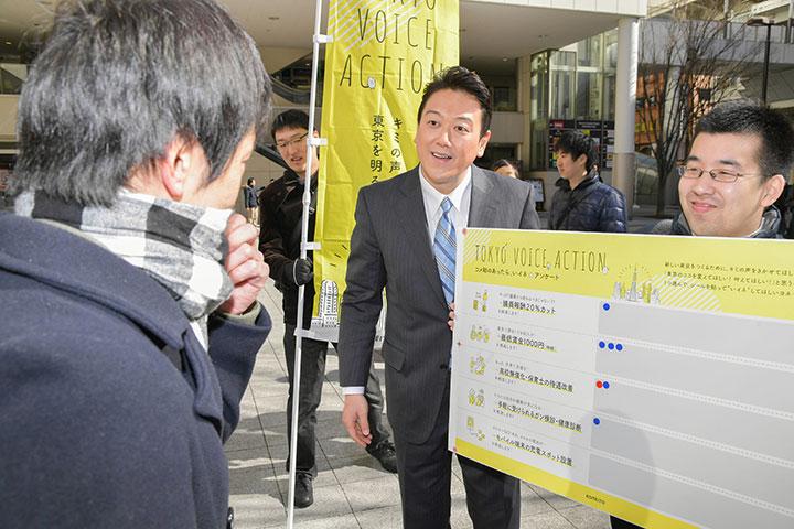 「若者の声を力に東京改革を前進させる」と訴える、けいの信一党都本部青年局次長(中央)=荒川区