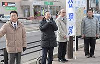 成人の日を祝い街頭演説する横山氏ら=9日 北海道函館市