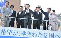 政治への積極的な参加を呼び掛ける平木氏ら=9日 栃木・佐野市
