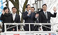 若者が安心できる社会をつくると訴える竹内府代表ら=9日 京都市