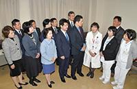 「春日井リハビリテーション病院」を訪れ、福井院長らと懇談する新妻氏ら
