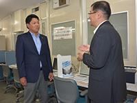 「岐阜県中小企業総合人材確保センター」を訪れ、県の担当者から話を聞く澄川県議=12日 岐阜市