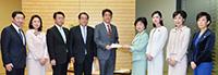安倍首相(中央左)に緊急提言を行う党待機児童対策推進PT=2016年3月 首相官邸