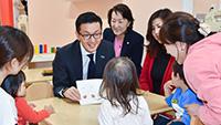 「ハンニシゆとり保育園」で子どもたちと交流する濱村氏