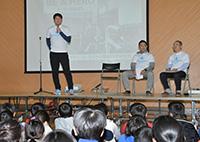 浜松市立中郡中学校のセミナーで正しい行動を起こそうと生徒らに呼び掛ける岩隈氏ら