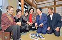 山口代表との懇談で笑顔の花を咲かせる肥後笑子さん、川口早苗さん、新納シマ子さん、新納輝美さん、肥後安美さん