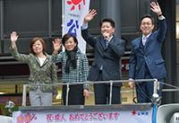 公明党の青年政策を訴える石川氏と山本さん、杉氏ら=8日 大阪市