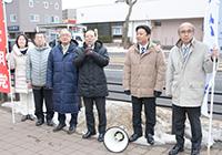 成人の日を祝い、街頭演説する横山氏ら=8日 北海道函館市
