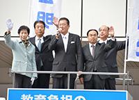 公明党が推進した青年施策を紹介する秋島党青年局次長ら=6日 金沢市
