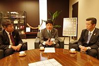 樋口市長と意見を交換する兵道、佐野の両議員