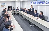 平木党青年委員長を囲み、行われた大阪府本部の青年議員研修会=17日 関西公明会館