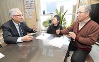 中村さん夫妻宅を訪れ介護に関するアンケートを行う井上幹事長=3月31日 仙台市