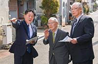 久保会長(中央)から防災の課題について話を聞く北側副代表ら=1日 堺市堺区